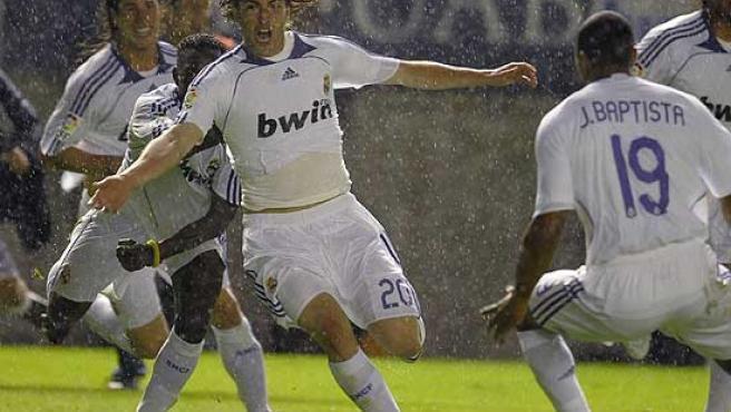 Higuaín celebra su gol, el segundo del Real Madrid, que dio el título a los blancos.