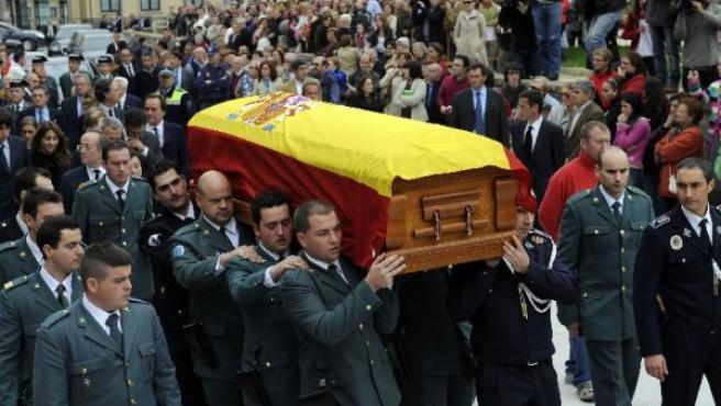 Centenares de personas acompañan el cortejo fúnebre con los restos mortales de Leopoldo Calvo Sotelo en Ribadeo (REUTERS).
