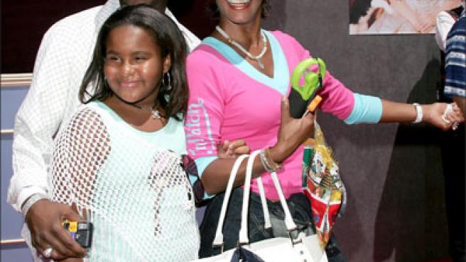 Whitney Houston y Bobby Brown con su hija Bobby Christina en una imagen de archivo de hace cuatro años.©KORPA