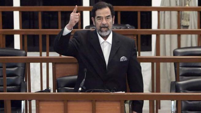 Sadam Hussein, durante el primero de sus juicios. (ARCHIVO)