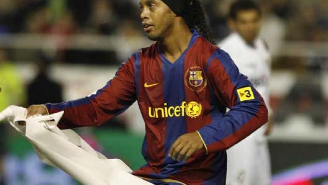 Ronaldinho, durante un partido ante el Sevilla (REUTERS).