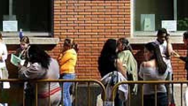 Inmigrantes guardan cola para regular su documentación.