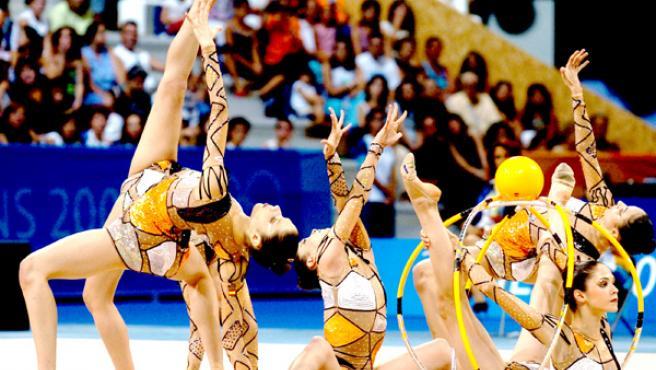 Las chicas del equipo olímpico de gimnasia rítmica, en plena competición