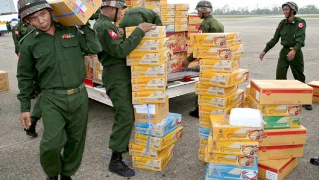 Soldados birmanos descargan de una avión militar tailandés alimentos y medicamentos. (EFE/Thai Royal Air Force)