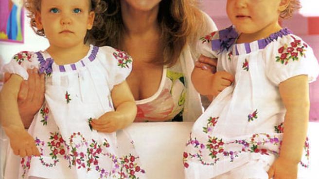 La baronesa Thyssen con sus hijas Carmen (izquierda) y Sabina (derecha).
