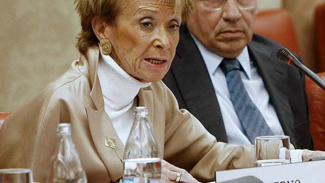 María Teresa Fernández de la Vega, acompañada por el diputado socialista Alfonso Guerra, durante su comparecencia (EFE/Zipi)