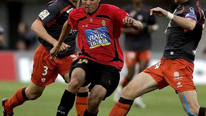 El delantero del Mallorca Aranga controla el balón ante Josetxo, de Osasuna.