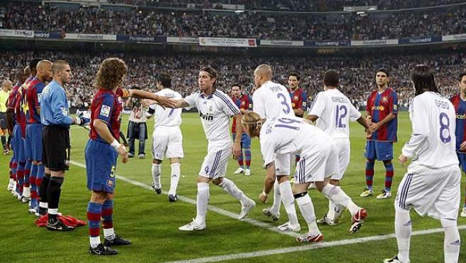 Los jugadores del Barcelona hicieron el esperado pasillo al Real Madrid. (Chema Moya / Efe).
