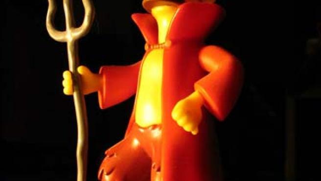 Un muñeco caracterizado como Satán.