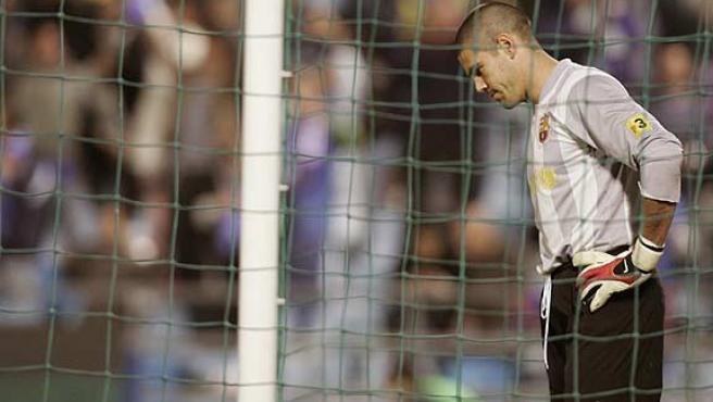 Víctor Valdés se lamenta. (Efe)