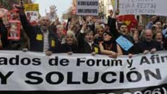 Afectados por la estafa filatélica en las calles de Madrid. (EFE)