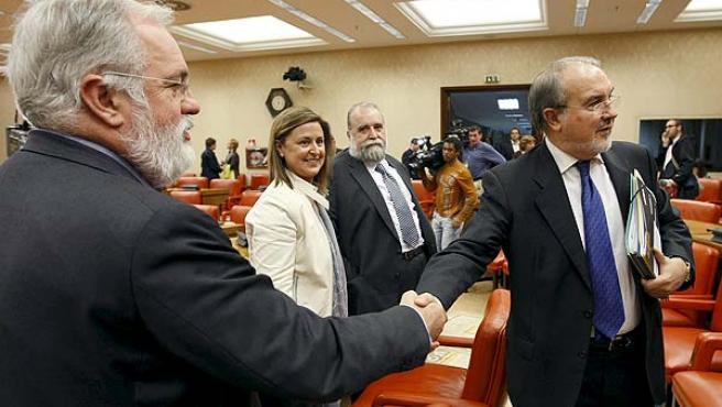 Solbes y Arias Cañete momentos antes de la comparecencia parlamentaria del vicepresidente económico.