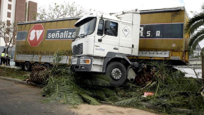 El camión que arrolló a varios vehículos en una de las avenidas de acceso a la capital tinerfeña.