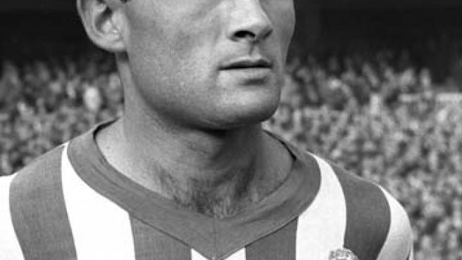 Fotografía de archivo, tomada el 01/02/1959, de Eusebio Ríos como jugador del Real Betis en el estadio Santiago Bernabéu (Efe).