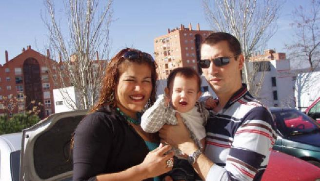 Sara y Óscar, con el pequeño Óscar, que nació sin la ayuda de 2.500 €.