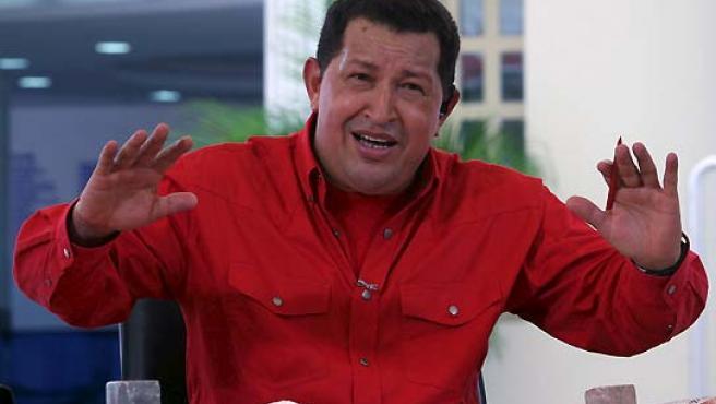 El presidente de Venezuela, Hugo Chávez, habla durante la retransmisión del programa 'Aló Presidente'. (EFE).