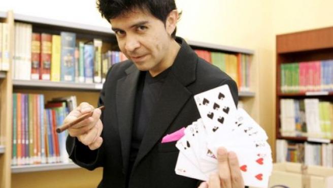 El mago Mad Martin, durante su taller de magia para niños sordomudos.