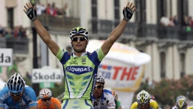 El italiano Daniele Bennati celebra su victoria en la tercera etapa del Giro 2008 (GIAMPIERO SPOSITO / REUTERS)