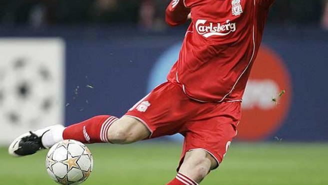 Fernando Torres dispara a portería.