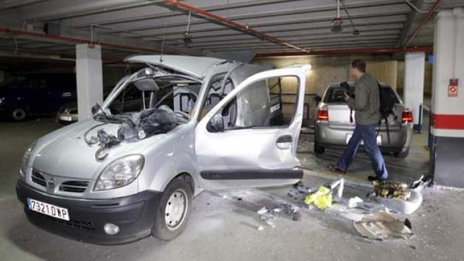 El vehículo de la Unidad Canina de la Ertzaintza que ha sufrido una explosión accidental. (EFE).
