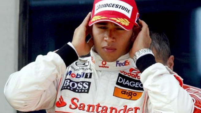 El piloto británico de Fórmula Uno, Lewis Hamilton, en el podio tras quedar el segundo en el Gran Premio de Estambul. (EFE)