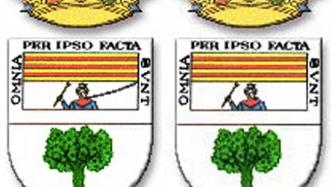 El escudo del municipio malagueño, antes y después de la decisión municipal de eliminar la cadena alrededor de Boabdil.
