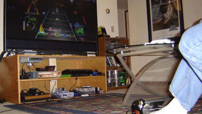 Jugando al Guitar Hero III usando el pedal.