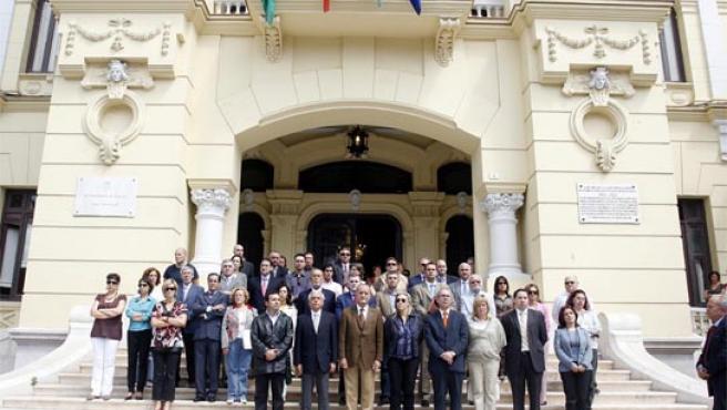 La corporación municipal recordó a las puertas del Ayuntamiento a la última víctima de ETA.