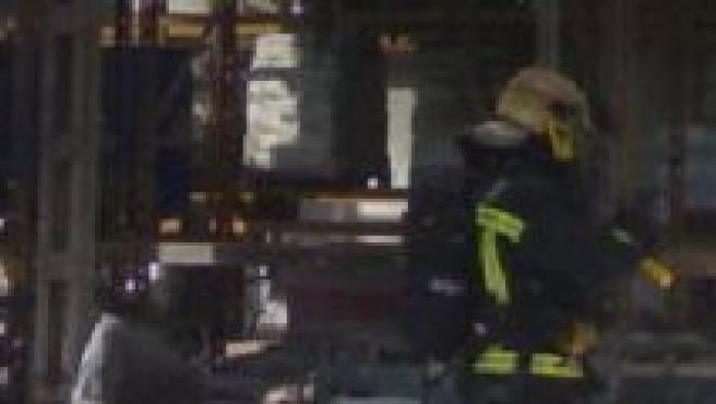 Un bombero, en la fábrica siniestrada (E112)