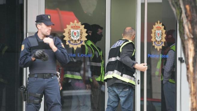 Policías en la comisaría, el pasado 7 de mayo al iniciarse la primera fase de la operación. (JORGE PARÍS)