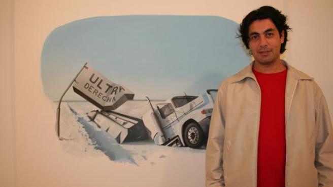 Amadeo Azar posa junto a una de sus obras preferidas, 'Ultraderecha'. M. V.
