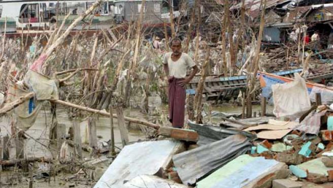 Un hombre entre los escombros de su casa tras el paso del ciclón Nargis. (EFE/EPA Photo)
