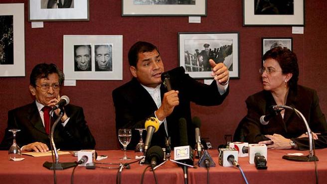 Rafael Correa se reune en París con familiares de Ingrid Betancourt (EFE).