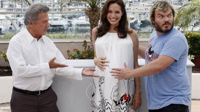 Dustin Hoffman y Jack Black tocan la tripa a Angelina Jolie en Cannes, en la presentación de la película 'Kung Fu Panda'.