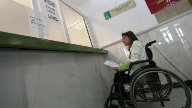 Carmen Carmona, frente al mostrador de la Delegación provincial de Bienestar Social de Málaga.