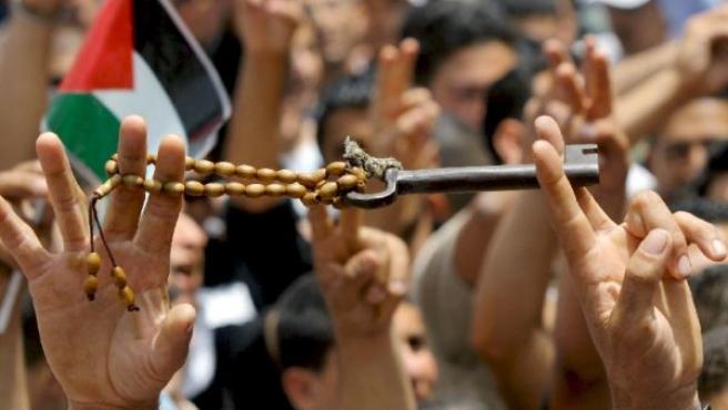 Un palestino sostiene una llave de la que era su casa antes de la guerra árabe-israelí de 1948.