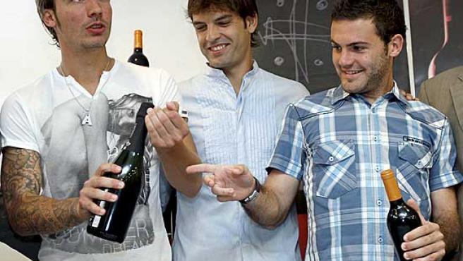 Fernando Morientes, en el centro, ha participado hoy junto a sus compañeros Alexis y Mata en un acto en el que han recibido botellas de vino y cava.