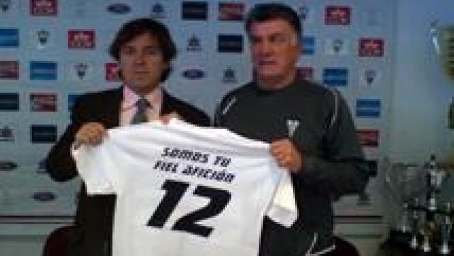 Presidente y entrenador con la camiseta