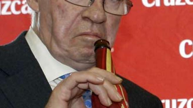 Luis Aragonés se bebe una cerveza durante un acto promocional (EFE)