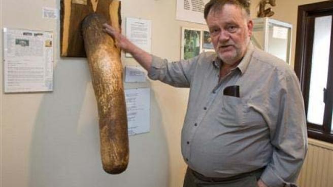Sigurdur Hjartarson posa en el interior de su museo.