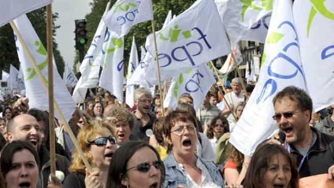 Miles de profesores, arropados por muchos padres de alumnos y algunos estudiantes desfilaron en París contra el plan del Gobierno conservador francés. (EFE)