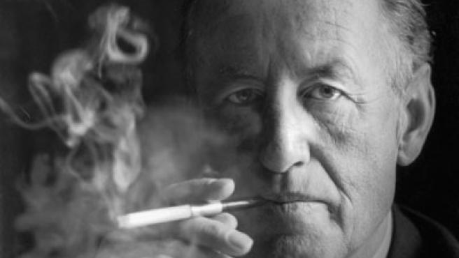 Retrato de Ian Fleming fumando (1960). FOTO: Getty Images.