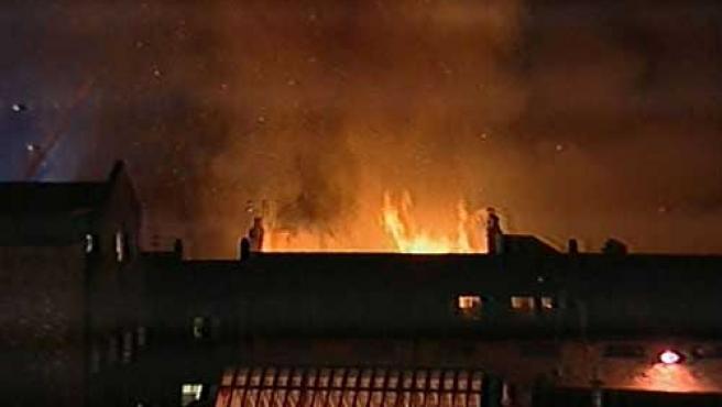 Imagenes de la televisión que muestran el incendio.