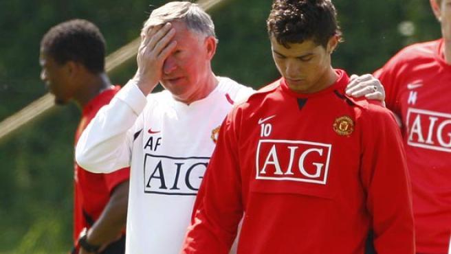 El entrenador del Manchester, Alex Ferguson, y Cristiano Ronaldo, juntos en el entrenamiento. (EFE)