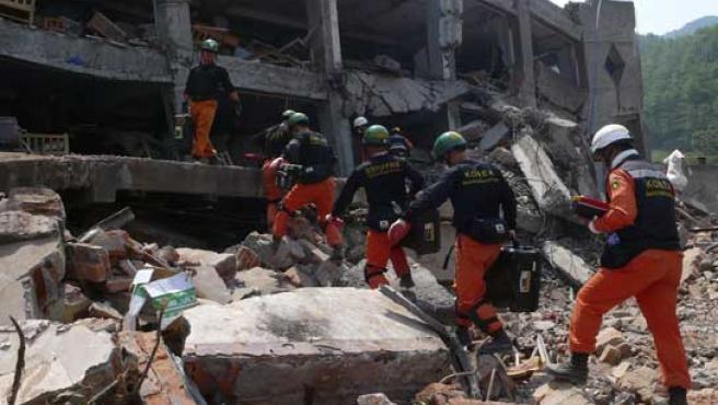 Los equipos de rescate siguen buscando supervivientes. (REUTERS).