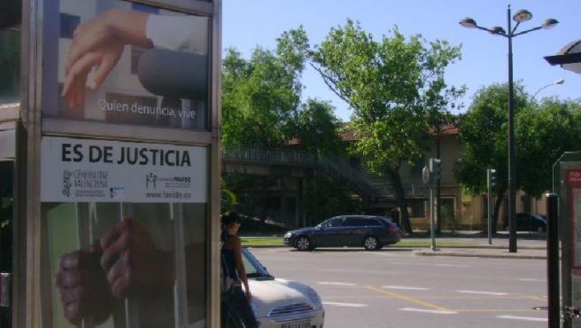 El cartel tiene tintes racistas, según la organización que lo ha denunciado.