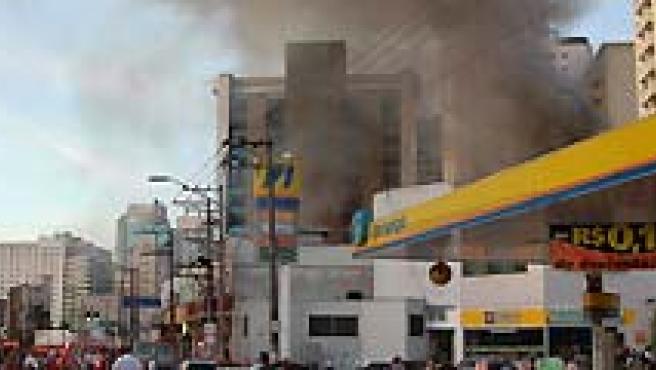 Un cortocircuito provocó un gran incendio en un comercio de Sao Paulo. (AGENCIAS).