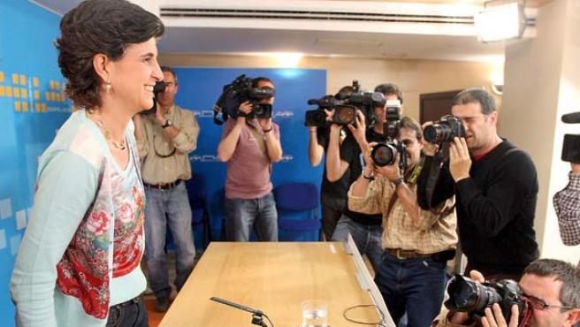María San Gil, rodeada de reporteros en San Sebastián. (EFE)