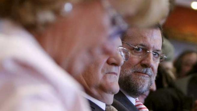 Mariano Rajoy mira de reojo a Esperanza Aguirre en un acto reciente del Partido Popular (EFE / F.Alvarado)