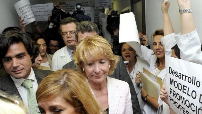 Güemes y Aguirre, abucheados en el Ramón y Cajal. (EFE)